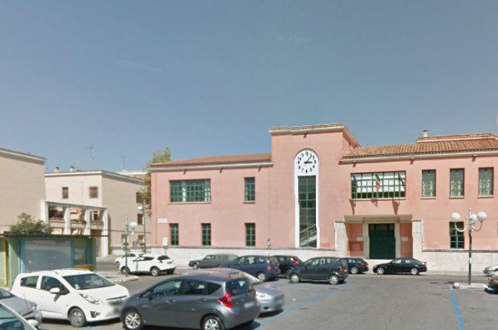 Palestra puntellata e pavimenti con le crepe: esposto in Procura per la scuola di piazza Dante