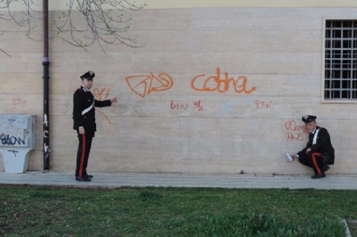 Disegni e scritte sui muri i carabinieri denunciano un for Disegni sui muri di casa