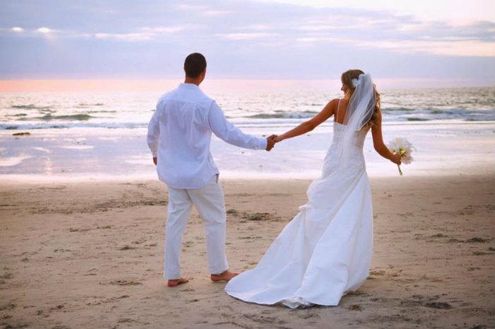 Matrimonio Sulla Spiaggia Economico : Ostia finto matrimonio in riva al mare per denunciare il degrado