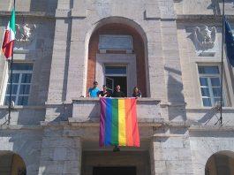 bandiera-arcobaleno-Latina