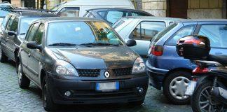 parcheggia in doppia fila