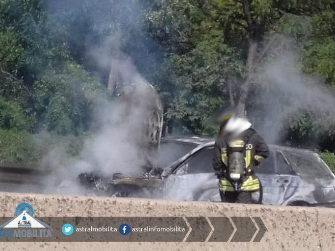 auto a fuoco sulla Pontina
