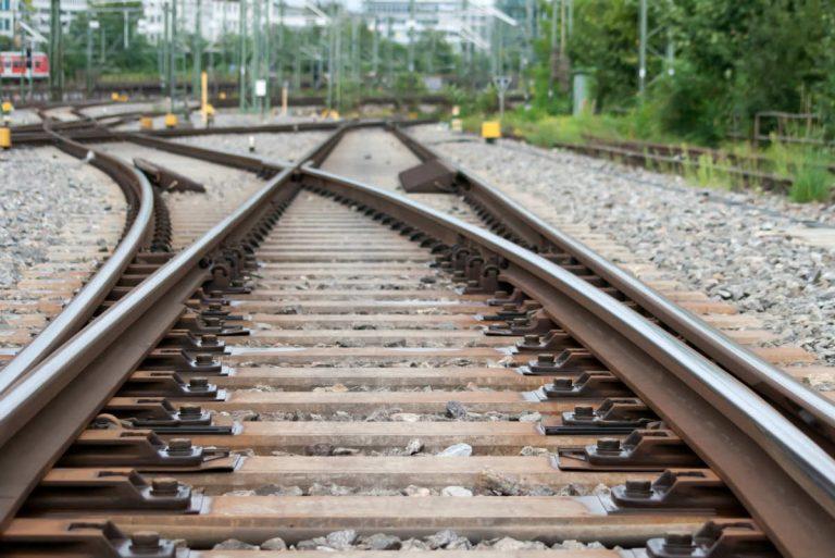 Auto sui binari tra Pomezia e Campoleone, treni in ritardo e cancellazioni