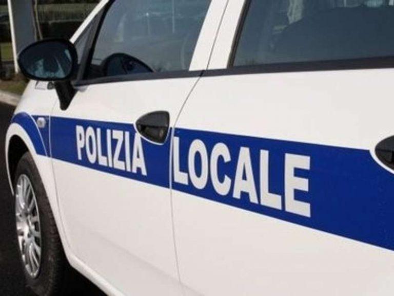 Si mette alla guida senza patente e provoca il caos in via Papiniano a Latina