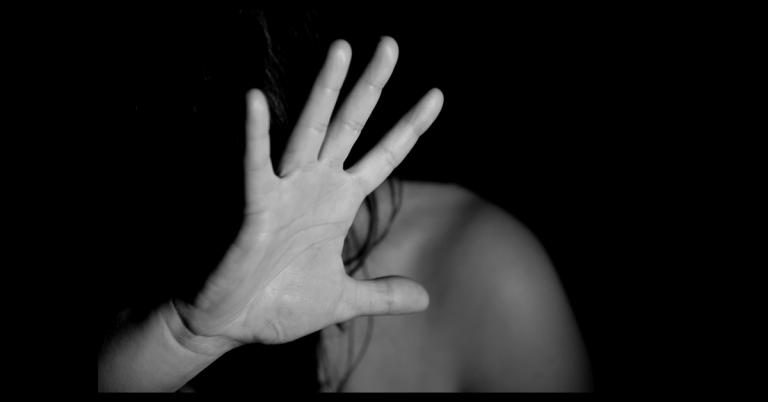 Picchia la ex moglie davanti ai figli, arrestato dalla polizia a Formia