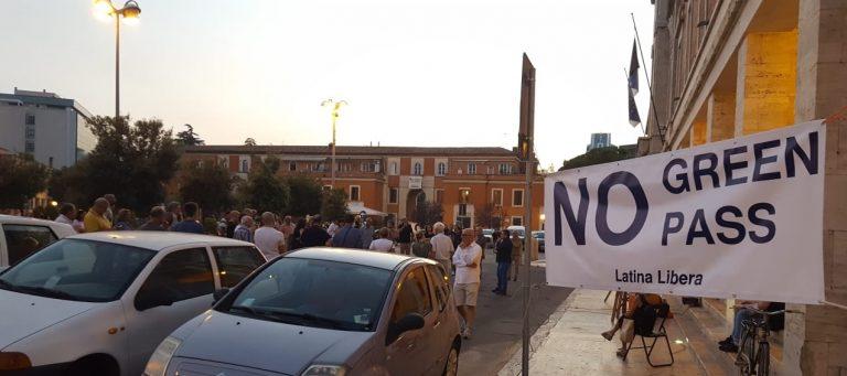 """Latina, pomeriggio in centro in campagna elettorale: """"No Green pass"""" e spunta un'oca"""